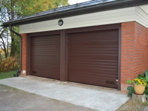 Anjalassa autotalliin asennettiin kaksi nosto-ovea sähköisillä avaajilla.