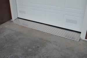 Autotallin oven turkkipeltikynnys