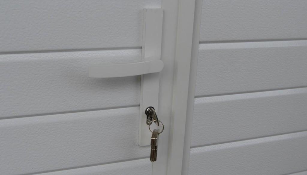 Käyntiovi vakiolukituksella tai Abloy-lukituksella asiakkaan avaimelle sarjoitettuna.