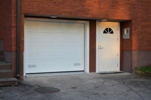 Autotallin nosto-ovi peilikuviolla sekä Kaskipuu ulko-ovi. Asennus avaimet käteen -pakettina.