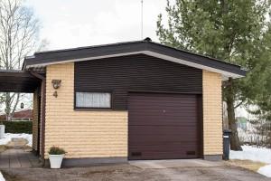 Nosto-ovi klassisella ruskealla vaakauralla ja turkkipeltikynnyksellä.