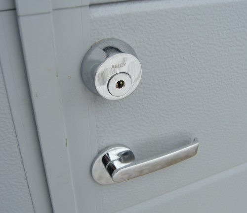 Autotallin pariovien Abloy-lukitus asiakkaan avaimille sarjoitettuna.