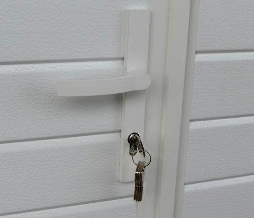 Autotallin pariovien vakiolukitus viidellä avaimella.