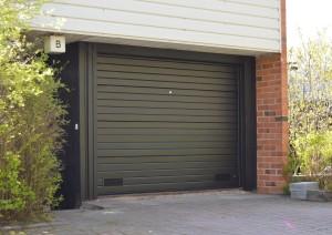 Taloyhtiö kohteen mustat nosto-ovet vaakauralla. Puupielet oven värissä.