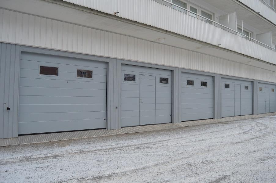 Taloyhtiökohde lahdessa. Nosto-ovet varustettiin ikkunoilla, käyntiovilla ja turkkipeltikynnyksillä.