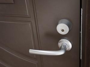 Ulko-ovi abloy-lukituksella. Sarjoitus asiakkaan avaimelle.