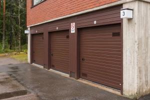 Autotallin ovien vaihto taloyhtiökohteeseen Kouvolassa julkisivun panelointeineen.