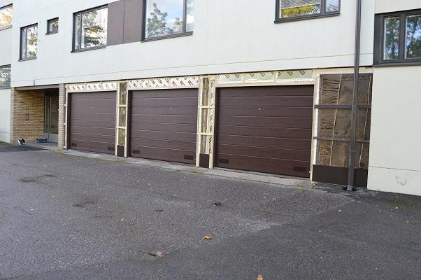 Rakennamme kiinnityspinnat autotallin ovelle osana avaimet käteen -palvelua.