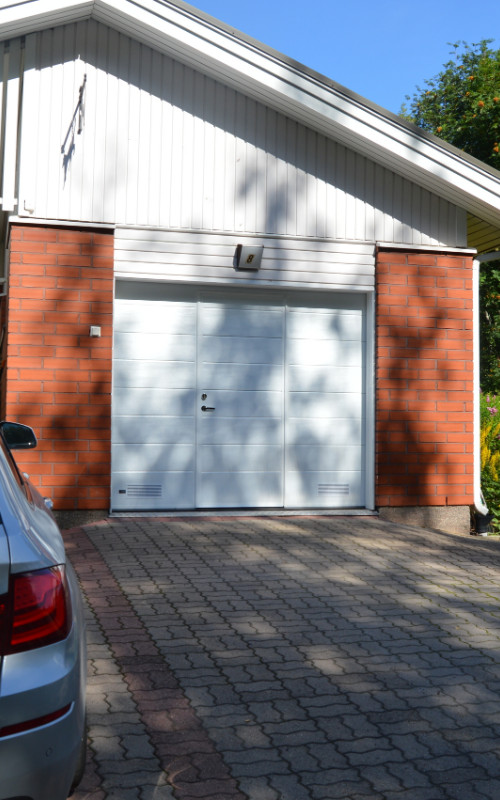 Autotallin nosto-ovi käyntiovella - Kouvola