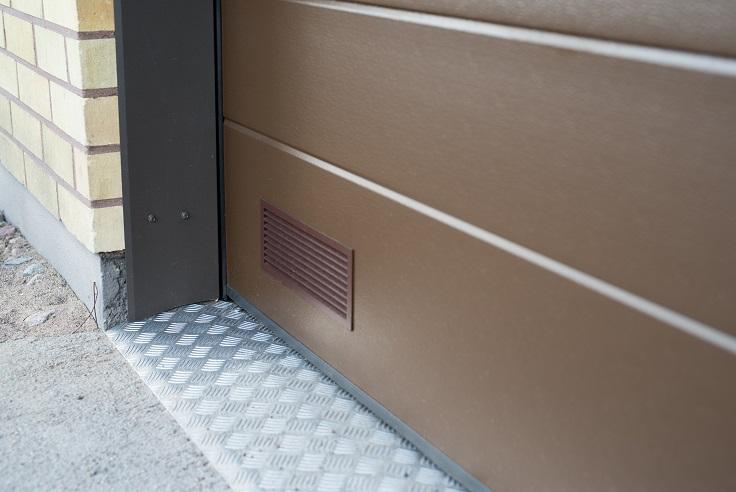 Autotallin ovi peltipielillä ja turkkipeltikynnyksellä.