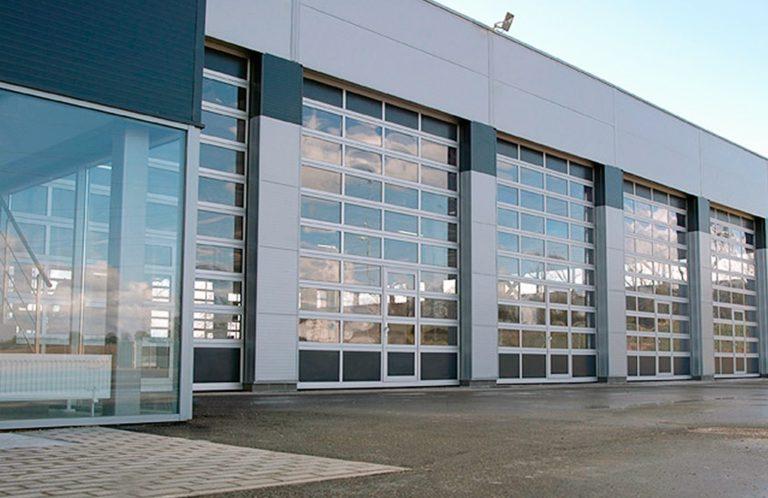 Lasitettu nosto-ovi on saatavan myös oveen integroidulla käyntiovella.