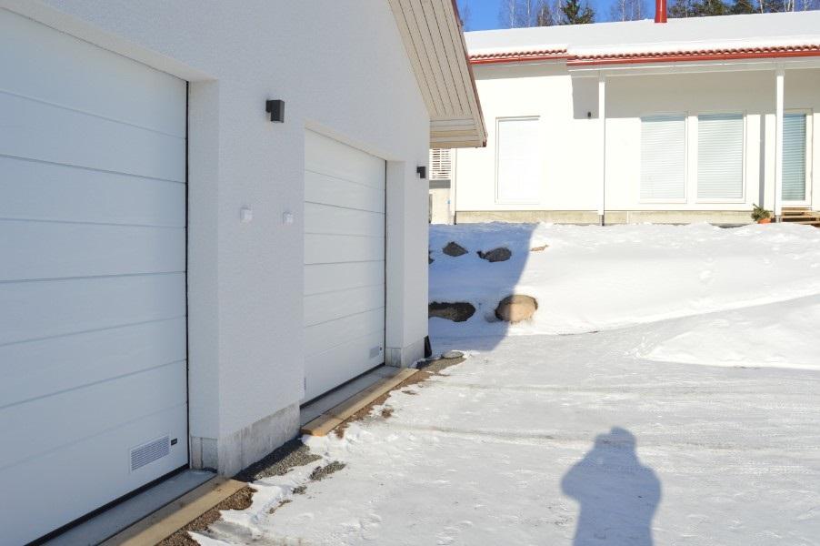Autotallin nosto-ovet millitarkkana mittatilaustyönä. Asennukset ympäri vuoden kovistakin pakkasista huolimatta.