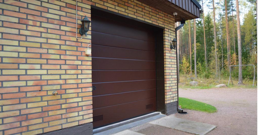Autotallin oviremontti; Peltipielet mitoitetaan vasta oviasennuksen jälkeen jolloin saavutetaan mittatarkka lopputulos. Ylimääräinen peltikanttaus huolittelee pellin oven pystykiskojen alle.
