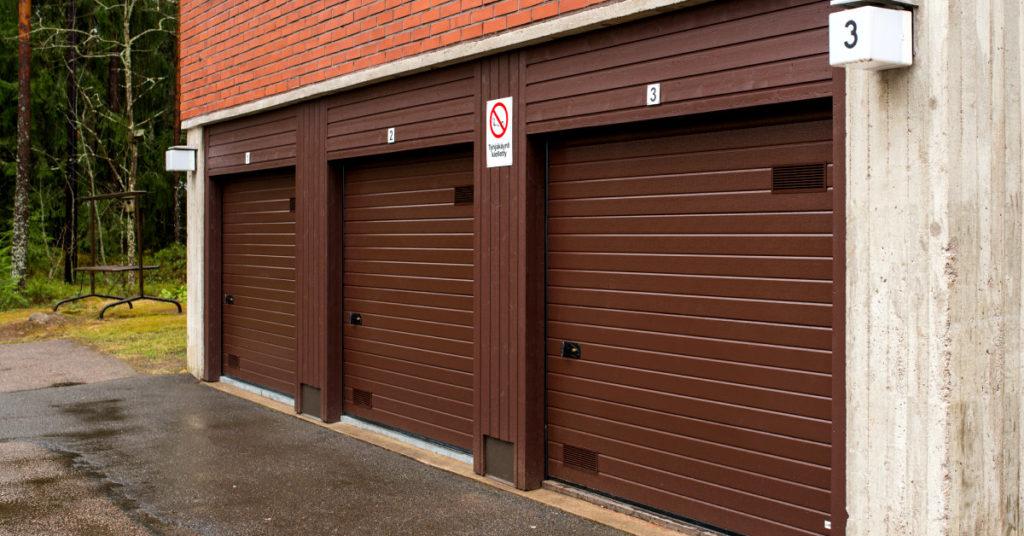 Autotallin oviremontti; Arkitehtuurin mukaan valitut puu- tai peltipielet yhdistävät oven osaksi rakennuksen julkisivua. Hyvin viimeistellyt pielityöt tekevät kokonaisuudesta näyttävän.