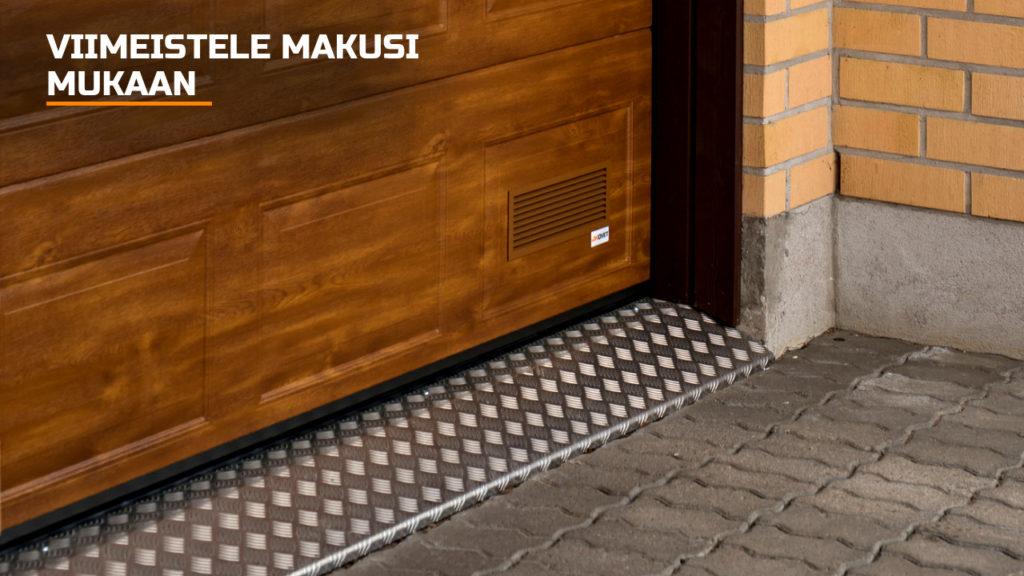 Näyttävässä autotallin ovessa useat yksityiskohdat yhdistyvät osaksi kokonaisuutta.