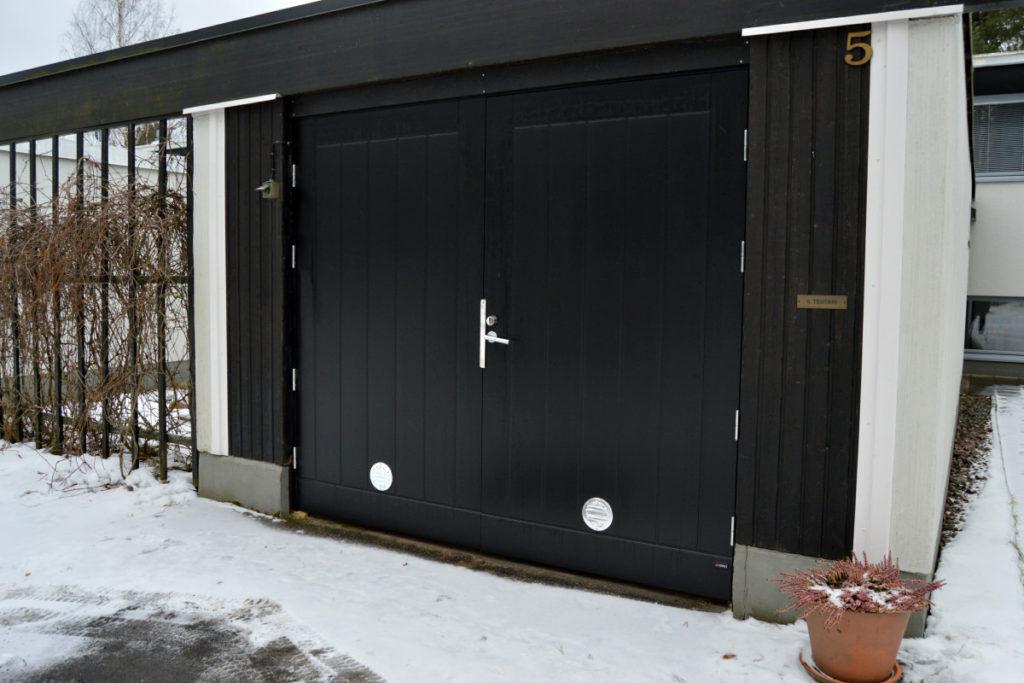 Autotallin Kaskipuu pariovi; Hdf-levypintainen, alumiinivahvisteinen, reunalla liimapuun ja kertopuun yhdistelmä, kokonaisvahvuus 62 mm. Pinta kuvioitu ulkopuolelta, sisäpuoli sileä.
