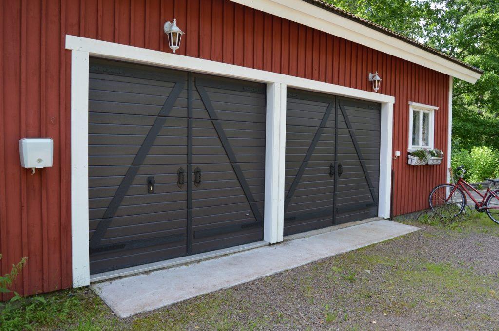 Autotallin nosto-ovet Retro-paneloinnilla Valkealassa