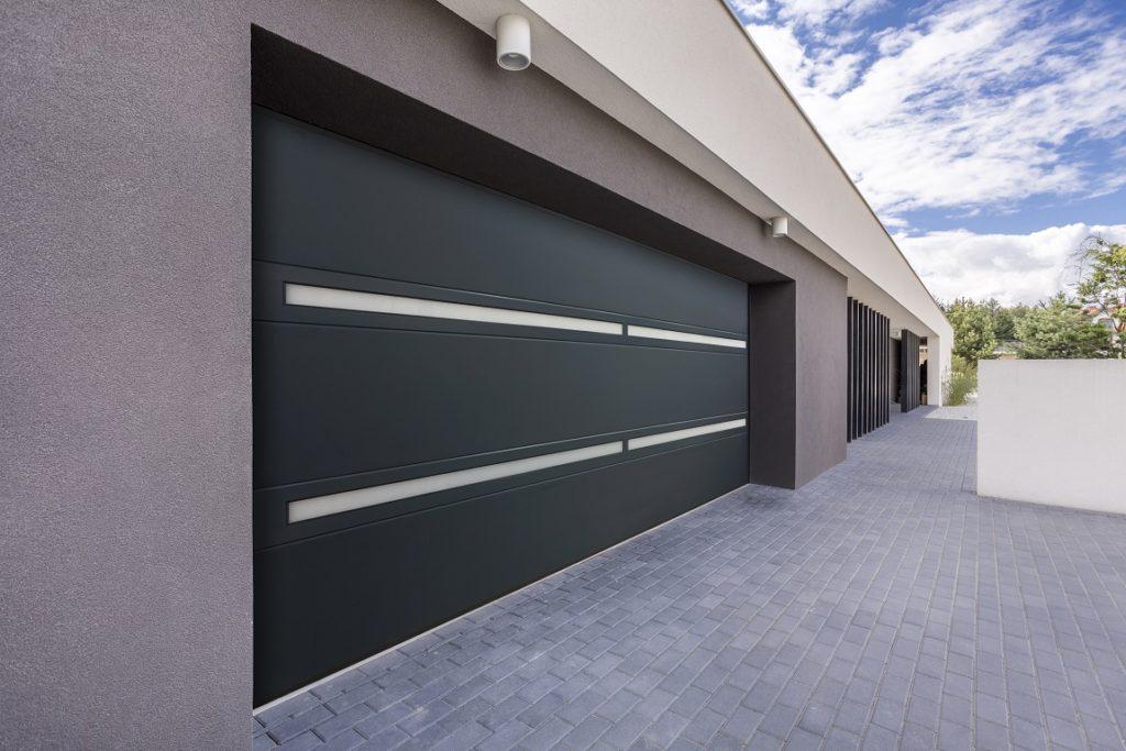 Autotallin nosto-ovi Slimline. Sileiden lamellien ja lasitettujen alumiinisektioiden yhdistelmä kulkee nimellä Slimline.