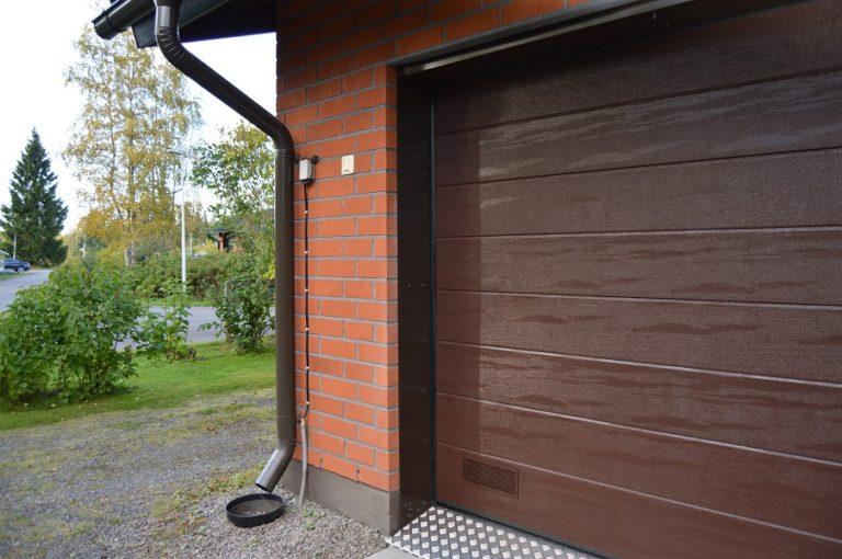 Autotallin nosto-ovi peltipielillä Kouvolassa - Leveä vaakaura ruskea RAL 8017