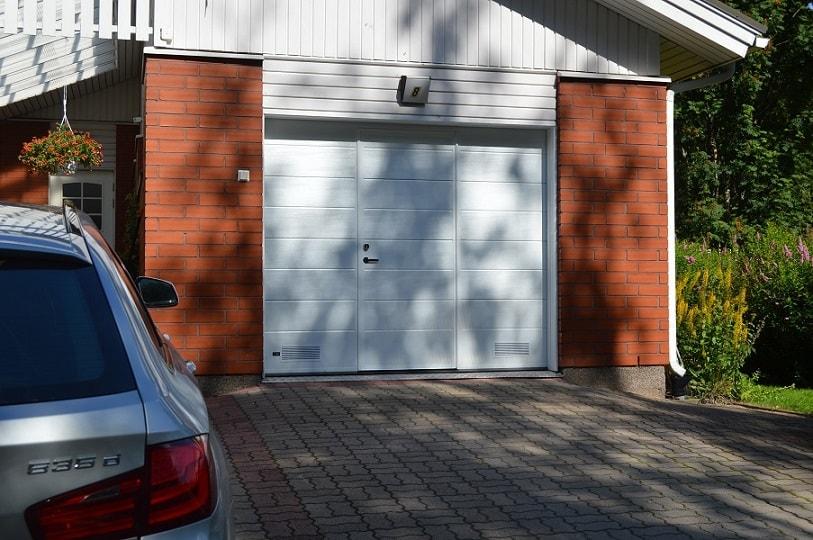 Nosto-oveen integroidulla käyntiovella luot helposti lisäkulkureitin autotalliisi ilman muutostöitä. Ratkaisu parantaa nosto-oven käytännöllisyyttä entisestään pienentäen samalla sen avauksista koituvia lämpöhäviöitä.