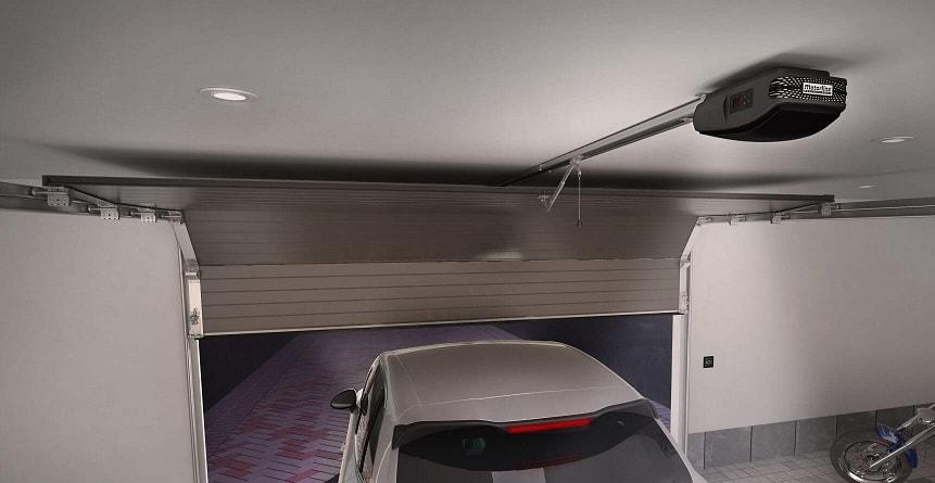 Sähköisellä ovenavaajalla varustettu nosto-ovi avautuu seinäpainikkeesta tai kauko-ohjauksella, jolloin esimerkiksi autosta ei tarvitse nousta talliin ajettaessa.