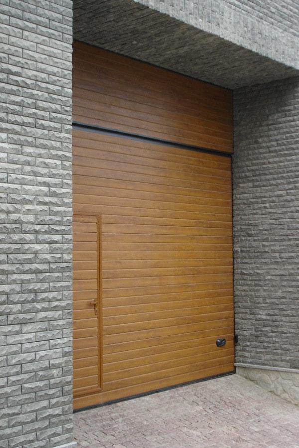Autotallin-ovi-käyntiovella-Vaakaura-Kultainen-tammi-min