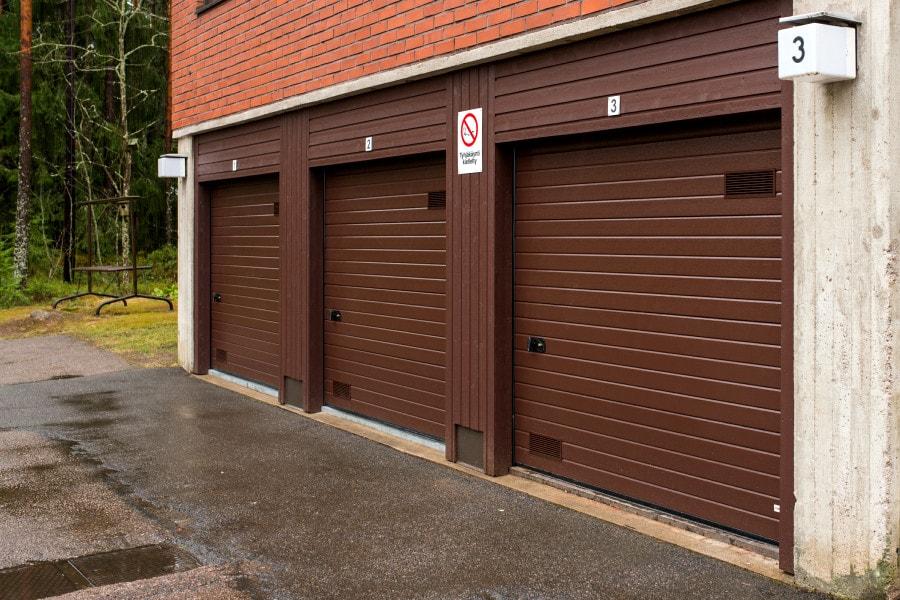Pielityöt ovat ovelle kuin kehykset taululle. Arkitehtuurin mukaan valitut puu – tai peltipielet yhdistävät oven osaksi rakennuksen julkisivua.