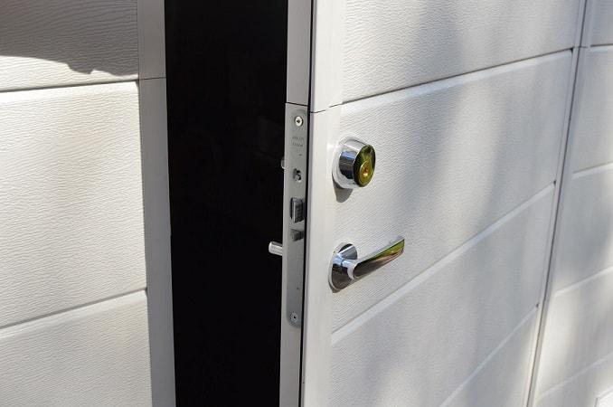 Käyntiovi Abloy-lukituksella asiakkaan avaimelle sarjoitettuna