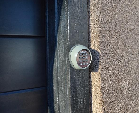 Voit räätälöidä avaajan käyttöympäristön ja käyttäjien mukaan esimerkiksi sijoittamalla langattoman koodinäppäimistön oven pieleen tai langattoman seinäpainikkeen ulko-ovesi yhteyteen.