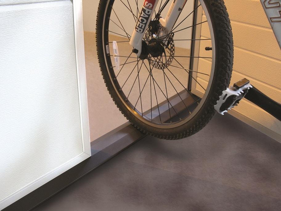 Matalakynnys on erityisen kätevä polkupyörällä tai pyörätuolilla kuljettaessa.