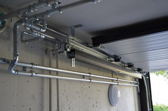 Nosto-oven kiskot mukautuvat tilaan. Ne voidaan sijoittaa vapaiden tilojen mukaan joko kiskojen ylä- tai alapuolelle, tarvittaessa myös sivuille tai molemmin puolin erikseen määritettynä edellisten yhdistelmänä.