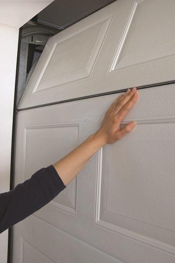 Lamellien muotoilu estää sormien jäämisen niiden väliin oven sulkeutuessa. Teräslevyjen pintakäsittelynä sinkitys, pohjamaalaus, värjäys ja pinnoitus.
