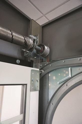 Vääntöjousien ansiosta nosto-ovi on kevyt myös käsikäyttöisenä. Matalanostokiskoilla ylätilan tarve vain 12cm.