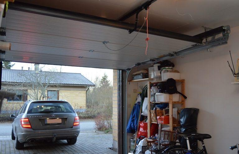 Automatisoitu ovi avautuu helposti nappia painamalla, eikä esimerkiksi autosta tarvitse nousta talliin ajettaessa.