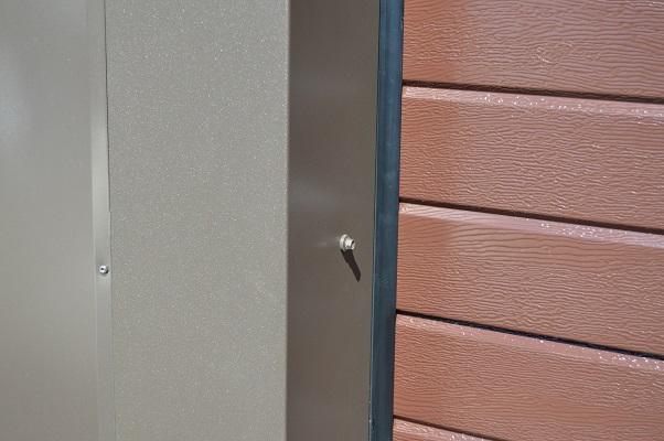 Nosto-ovi kapeana vaakaurana peltipielillä.