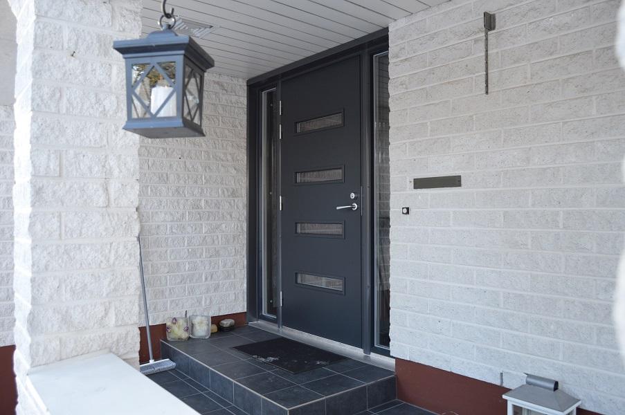 Taannoin Valkealaan valmistuneeseen kohteeseen uusittiin kaksi autotallin ovea, kaksi varastonovea sekä päärakennuksen ulko-ovi kiinteillä ikkunoilla avaimet käteen -palveluna.