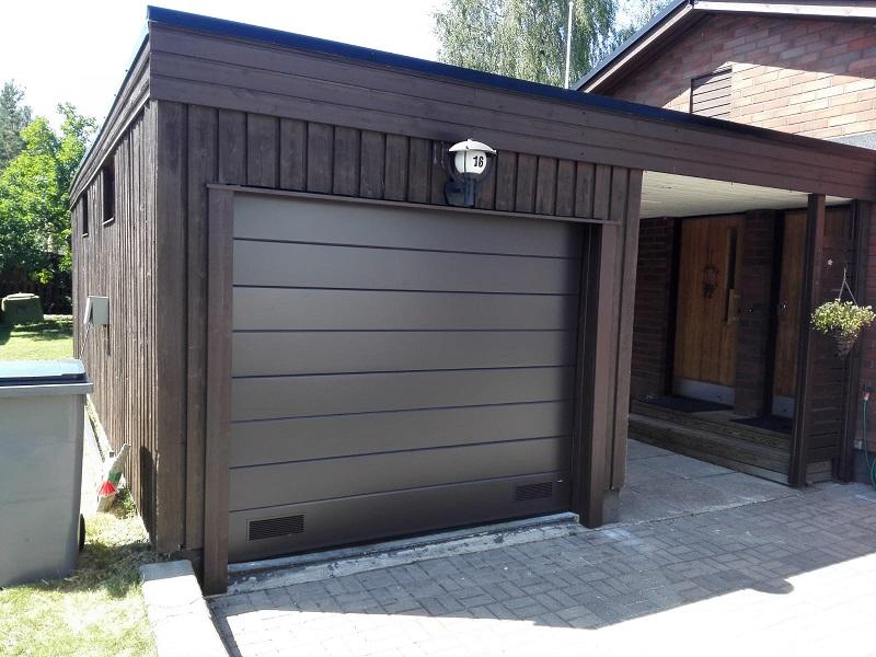 Autotallin oven oikeaoppinen asennustyö takaa uuden oven tiiveyden, varmatoimisuuden ja pitkäikäisyyden.