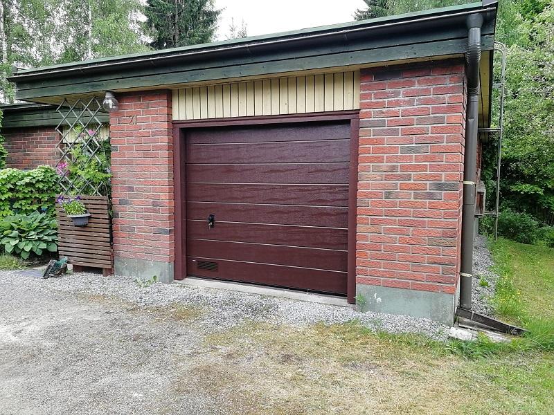 Autotallin saneerauskohteen julkisivu päivitettiin nykyaikaan uudella autotallin nosto-ovella Klaukkalassa.