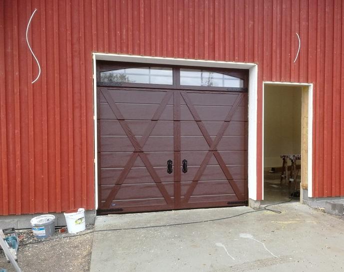 Retro-koristepaneloitu nosto-ovi ikkunarivillä asennettiin viime viikon lopulla Sipooseen.
