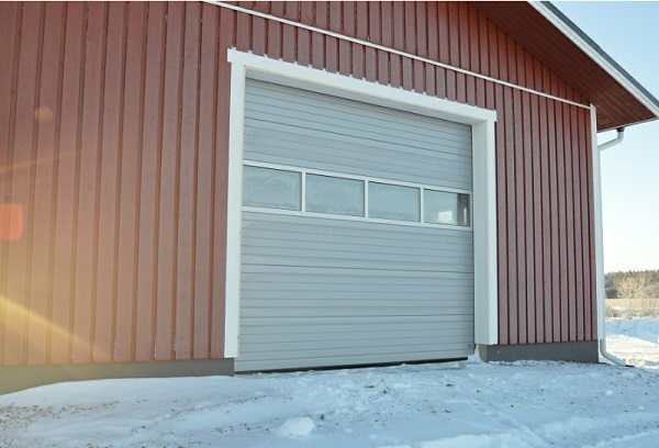 Nosto-ovi maatalouskohteessa Kouvolassa ikkunarivillä - Vaakaura RAL 9006