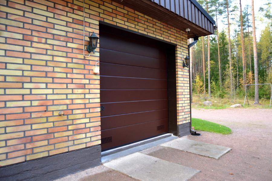 Autotallin nosto-ovi JK-40 Kotkassa - Leveä vaakaura sileällä pinnalla