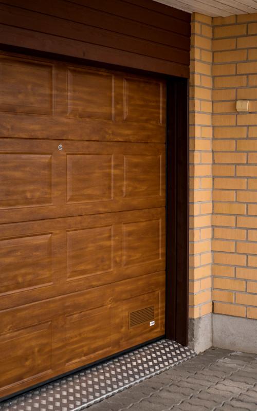 Autotallin nosto-ovi Kouvolassa - Peilikuvio - Kultainen tammi