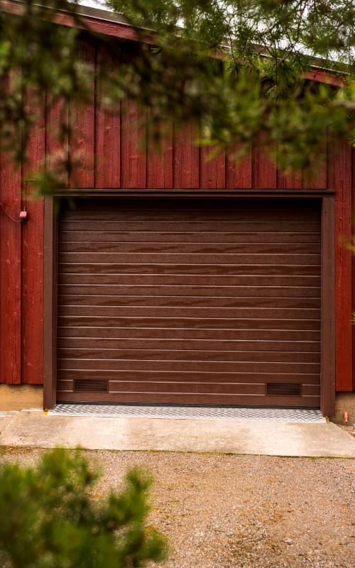 Autotallin nosto-ovi Kouvolassa - Vaakaura - Ruskea RAL 8017 - Puunsyy