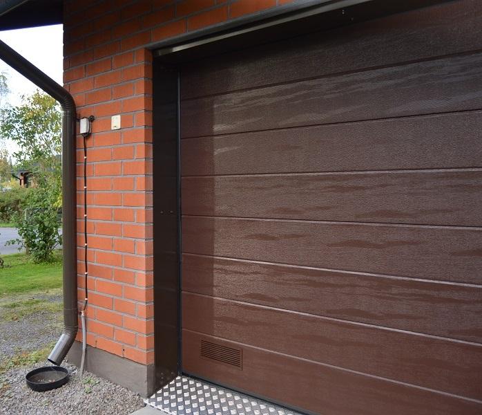 Autotallin nosto-ovi - Leveä vaakaura - Ruskea RAL 8017 - Puunsyy