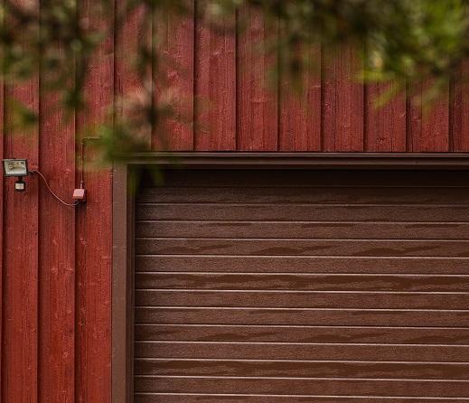 Autotallin nosto-ovi - vaakaura - Ruskea RAL 8017 - Puunsyy