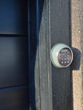 Autotallin oven sivutiivistys