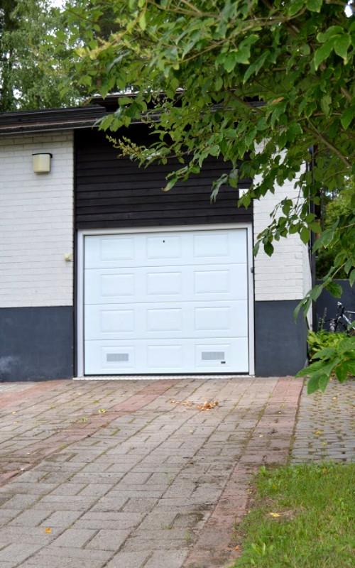 Autotallin ovi Kuusankoskella - valkoinen RAL 9016 - Puunsyy