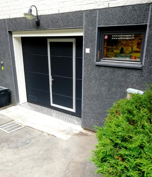 Autotallin ovi käyntiovella Nurmijärvellä