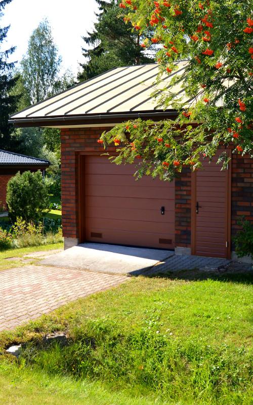 Autotallin nosto-ovi ja sivuovi Haminassa - Leveä vaakaura RAL8017