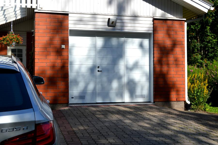 Käyntiovellinen nosto-ovi Kuusankoskella – Valkoinen RAL9016 - Puunsyy